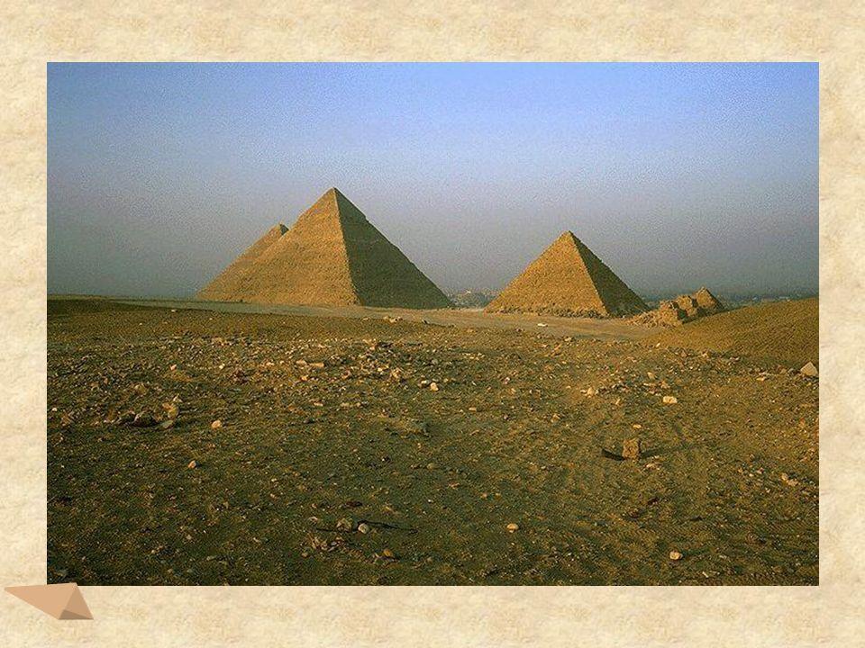 Piramida Cheopsa jest przykładem ostrosłupa prawidłowego czworokątnego.