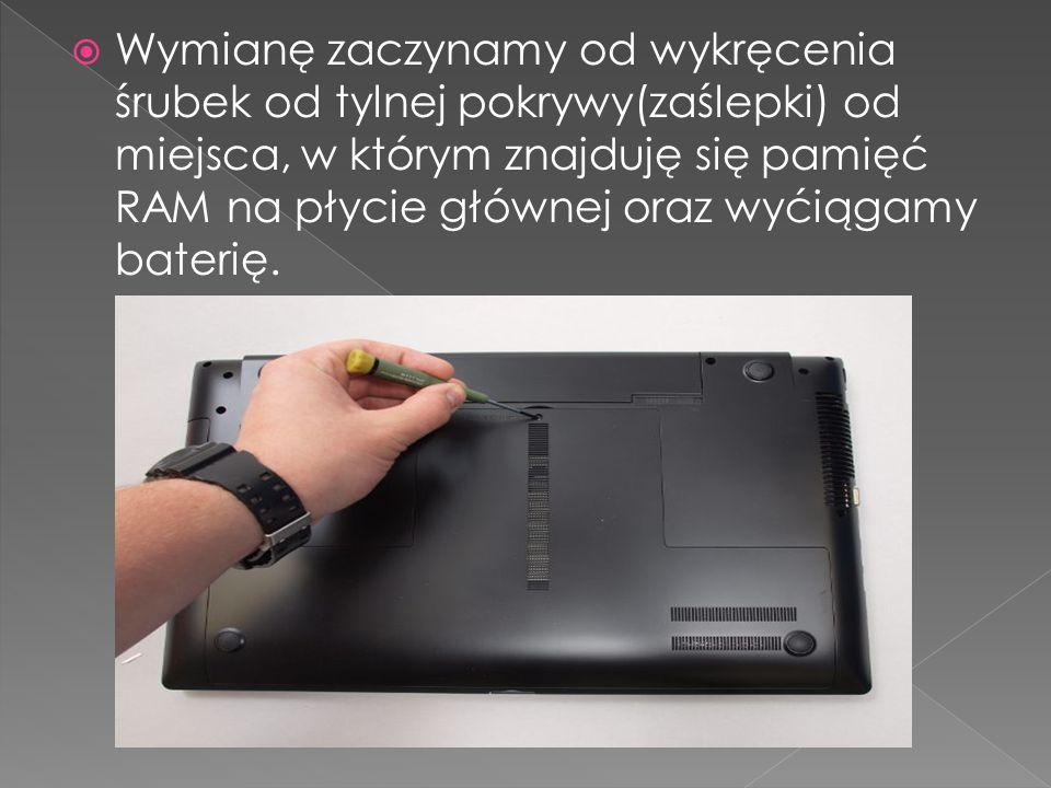 Wymianę zaczynamy od wykręcenia śrubek od tylnej pokrywy(zaślepki) od miejsca, w którym znajduję się pamięć RAM na płycie głównej oraz wyćiągamy baterię.