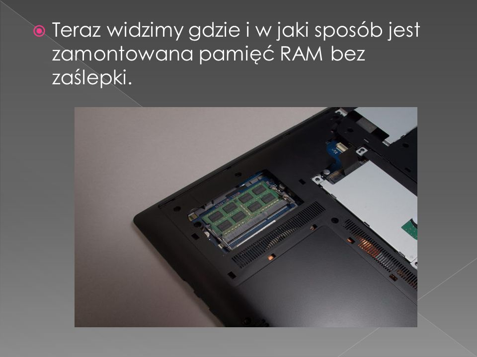 Teraz widzimy gdzie i w jaki sposób jest zamontowana pamięć RAM bez zaślepki.