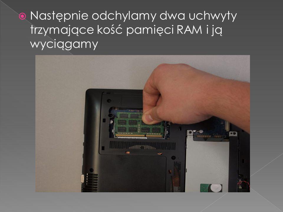 Następnie odchylamy dwa uchwyty trzymające kość pamięci RAM i ją wyciągamy