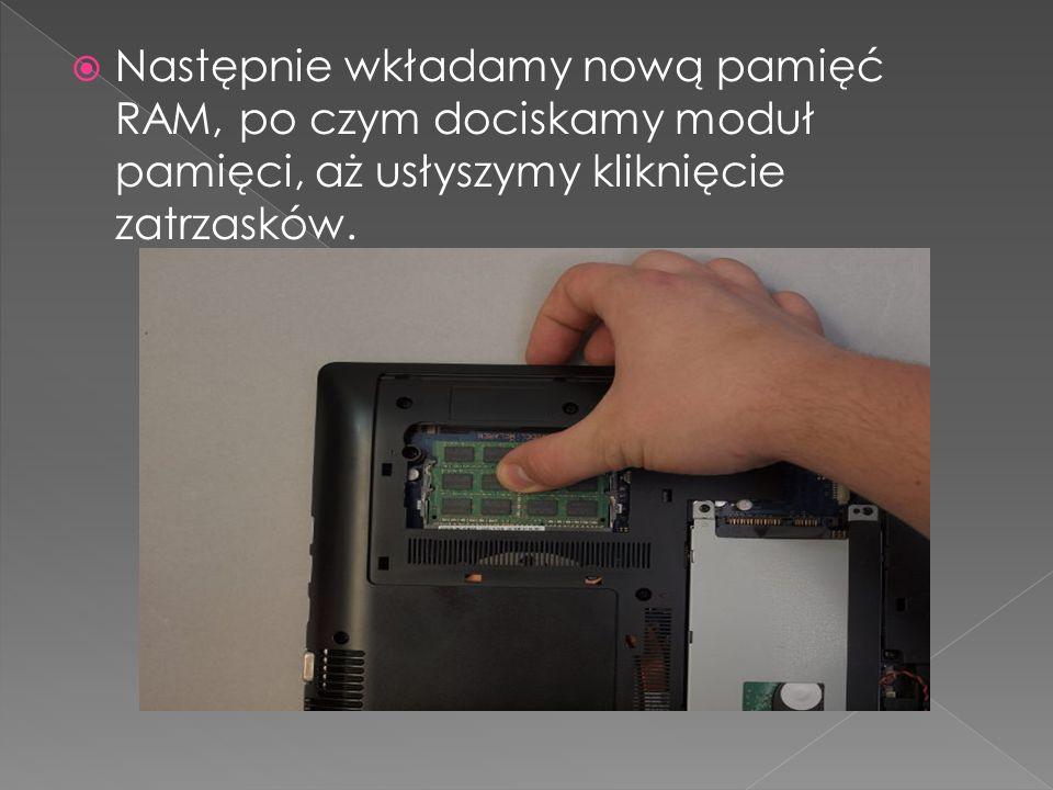 Następnie wkładamy nową pamięć RAM, po czym dociskamy moduł pamięci, aż usłyszymy kliknięcie zatrzasków.