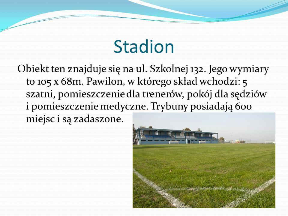 Stadion Obiekt ten znajduje się na ul. Szkolnej 132. Jego wymiary to 105 x 68m. Pawilon, w którego skład wchodzi: 5 szatni, pomieszczenie dla trenerów