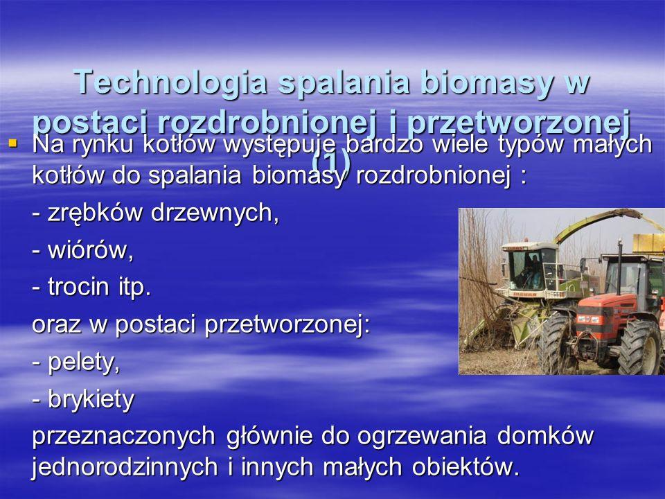 Technologia spalania biomasy w postaci rozdrobnionej i przetworzonej (1) Technologia spalania biomasy w postaci rozdrobnionej i przetworzonej (1) Na rynku kotłów występuje bardzo wiele typów małych kotłów do spalania biomasy rozdrobnionej : Na rynku kotłów występuje bardzo wiele typów małych kotłów do spalania biomasy rozdrobnionej : - zrębków drzewnych, - wiórów, - trocin itp.