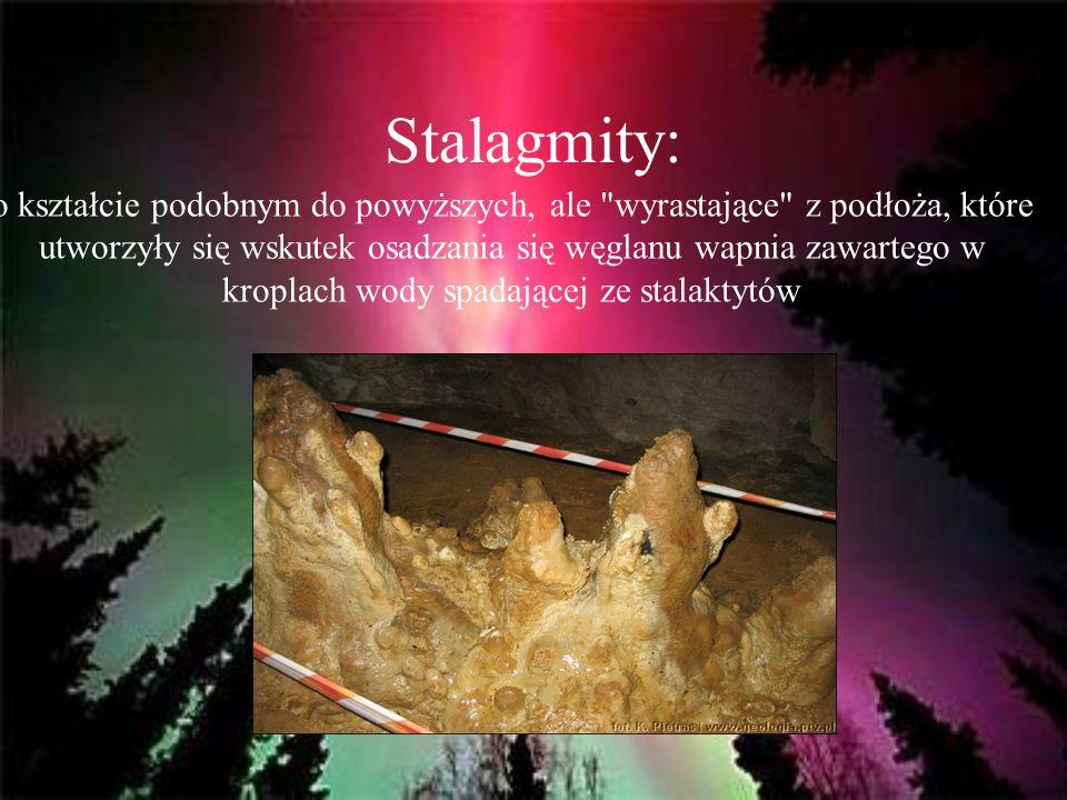 Stalagmity: o kształcie podobnym do powyższych, ale wyrastające z podłoża, które utworzyły się wskutek osadzania się węglanu wapnia zawartego w kroplach wody spadającej ze stalaktytów
