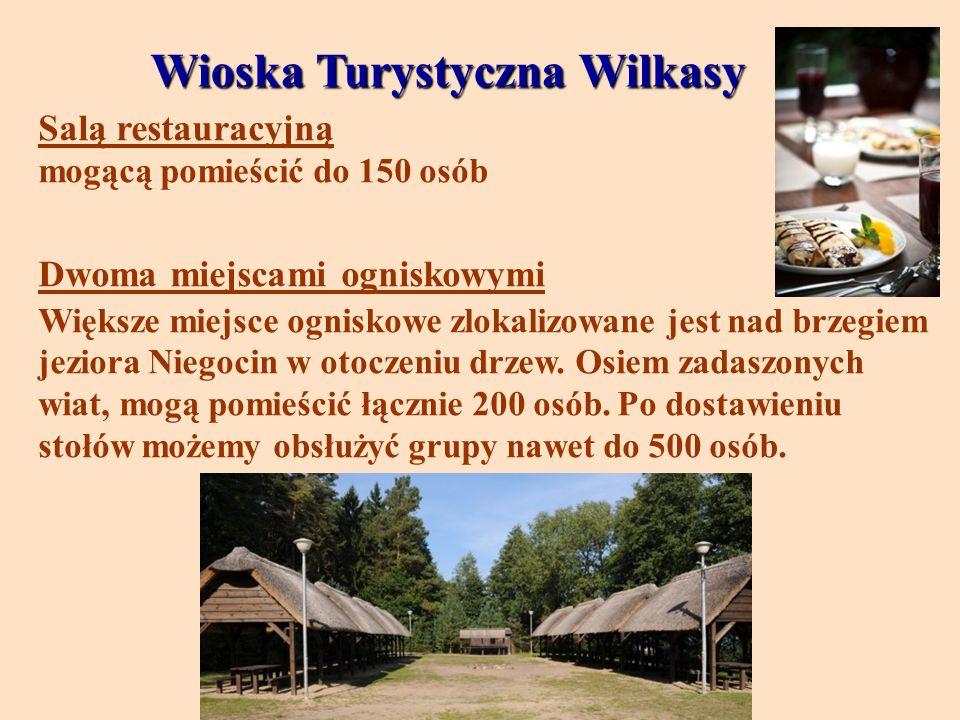 Wioska Turystyczna Wilkasy Salą restauracyjną mogącą pomieścić do 150 osób Dwoma miejscami ogniskowymi Większe miejsce ogniskowe zlokalizowane jest na