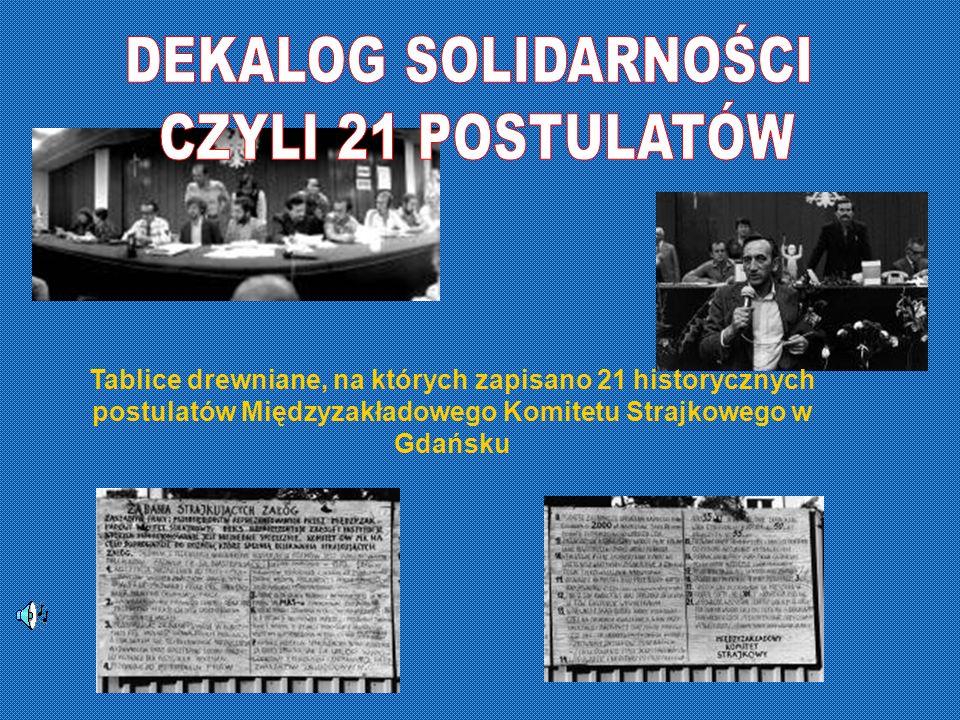 Tablice drewniane, na których zapisano 21 historycznych postulatów Międzyzakładowego Komitetu Strajkowego w Gdańsku
