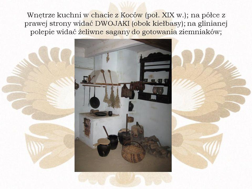 Wnętrze kuchni w chacie z Koców (poł. XIX w.); na półce z prawej strony widać DWOJAKI (obok kiełbasy); na glinianej polepie widać żeliwne sagany do go