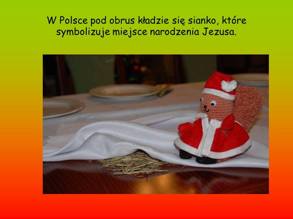 W Polsce pod obrus kładzie się sianko, które symbolizuje miejsce narodzenia Jezusa.