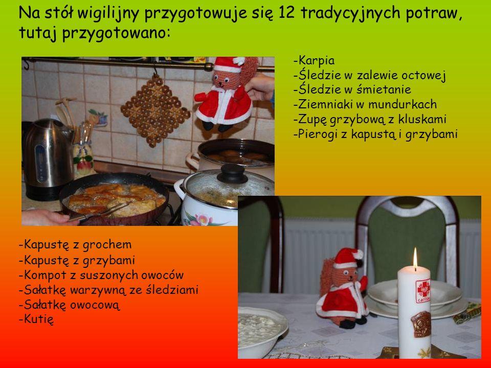 Na stół wigilijny przygotowuje się 12 tradycyjnych potraw, tutaj przygotowano: -Karpia -Śledzie w zalewie octowej -Śledzie w śmietanie -Ziemniaki w mu