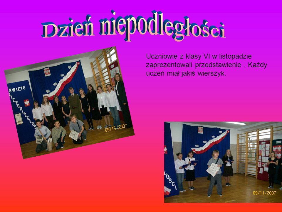 W dniu nauczyciela uczniowi z klas od IV do VI za prezentowali krótkie przedstawienie.