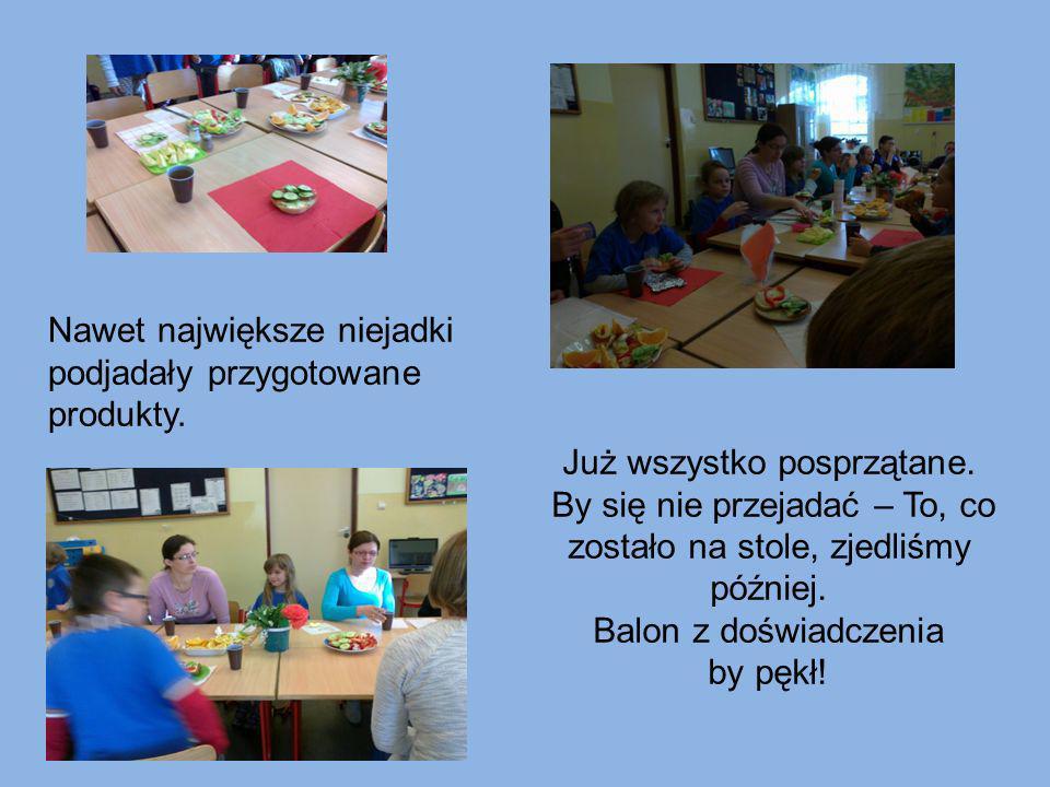 Na koniec - dziękując rodzicom za wizytę w szkole i pomoc, oraz przedstawiając im, co wiemy o zdrowym odżywianiu i możemy wziąć do szkoły na drugie śniadanie - zrobiliśmy pamiątkowe zdjęcie.