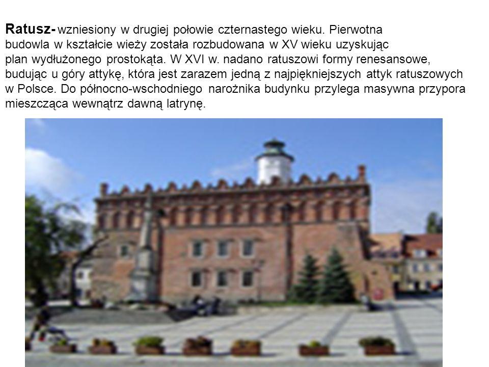 Ratusz- wzniesiony w drugiej połowie czternastego wieku. Pierwotna budowla w kształcie wieży została rozbudowana w XV wieku uzyskując plan wydłużonego