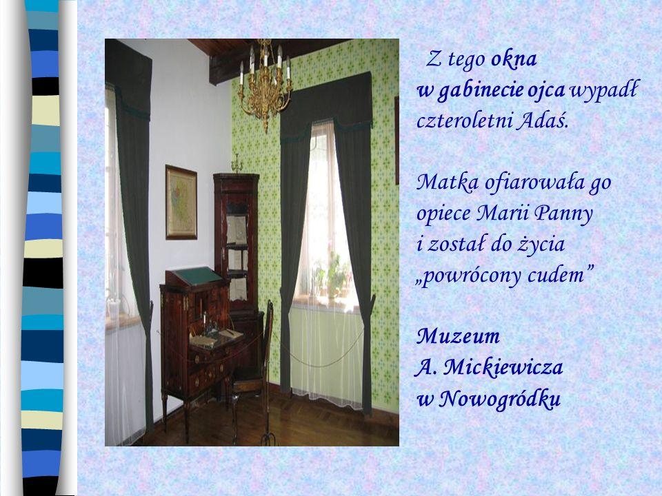 Z tego okna w gabinecie ojca wypadł czteroletni Adaś. Matka ofiarowała go opiece Marii Panny i został do życia powrócony cudem Muzeum A. Mickiewicza w