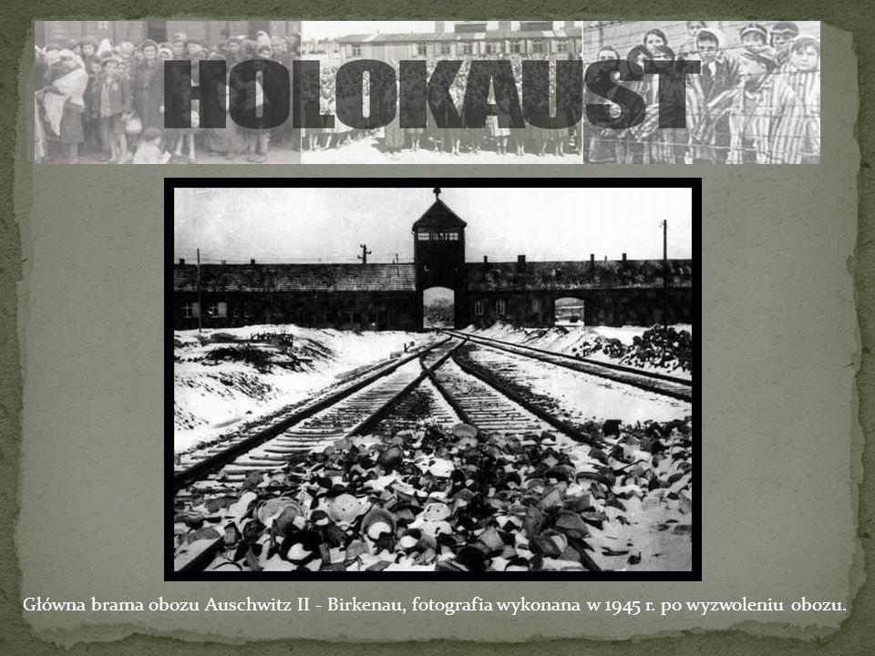 Główna brama obozu Auschwitz II - Birkenau, fotografia wykonana w 1945 r. po wyzwoleniu obozu.