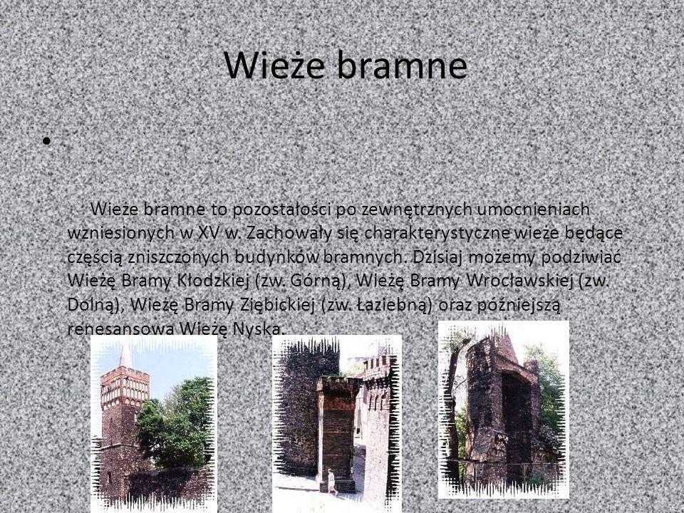 Wieże bramne Wieże bramne to pozostałości po zewnętrznych umocnieniach wzniesionych w XV w. Zachowały się charakterystyczne wieże będące częścią znisz