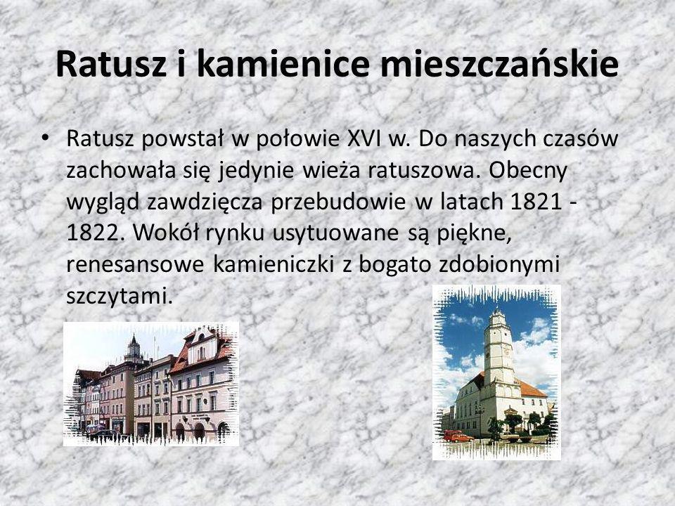 Ratusz i kamienice mieszczańskie Ratusz powstał w połowie XVI w. Do naszych czasów zachowała się jedynie wieża ratuszowa. Obecny wygląd zawdzięcza prz