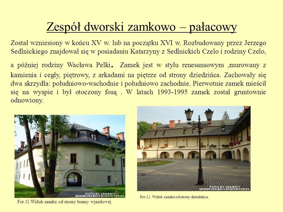 Zespół dworski zamkowo – pałacowy Został wzniesiony w końcu XV w. lub na początku XVI w. Rozbudowany przez Jerzego Sedlnickiego znajdował się w posiad