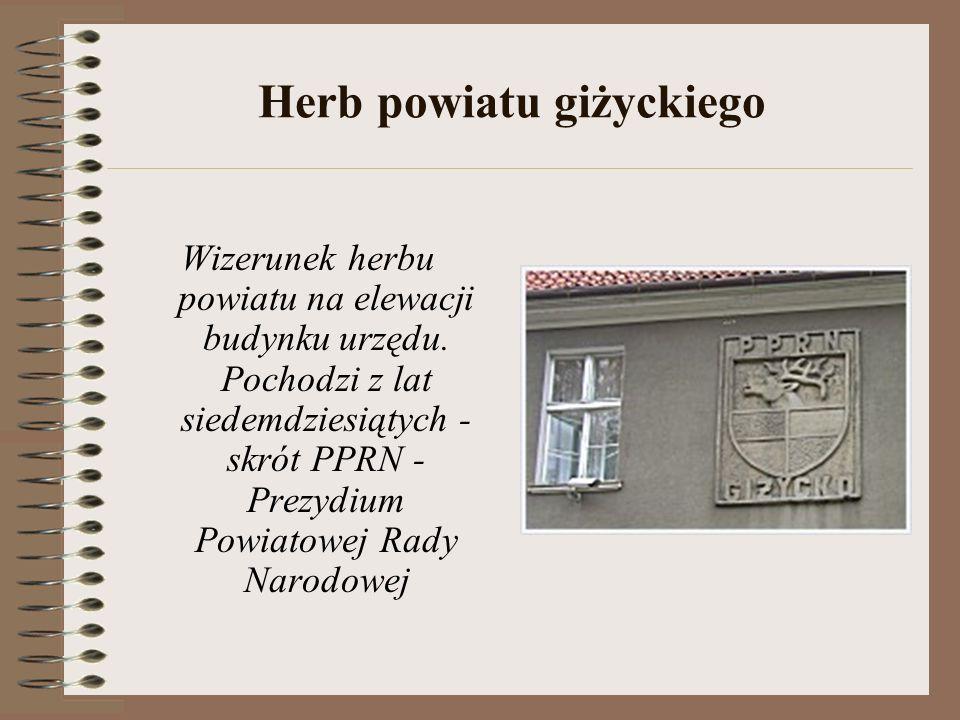 Herb powiatu giżyckiego Wizerunek herbu powiatu na elewacji budynku urzędu.