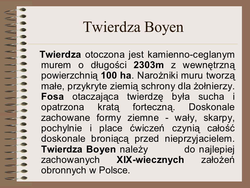 Twierdza Boyen Twierdza otoczona jest kamienno-ceglanym murem o długości 2303m z wewnętrzną powierzchnią 100 ha. Narożniki muru tworzą małe, przykryte