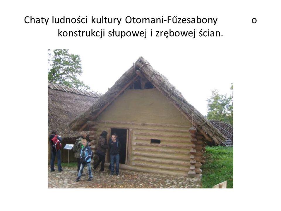 Chaty ludności kultury Otomani-Fűzesabony o konstrukcji słupowej i zrębowej ścian.