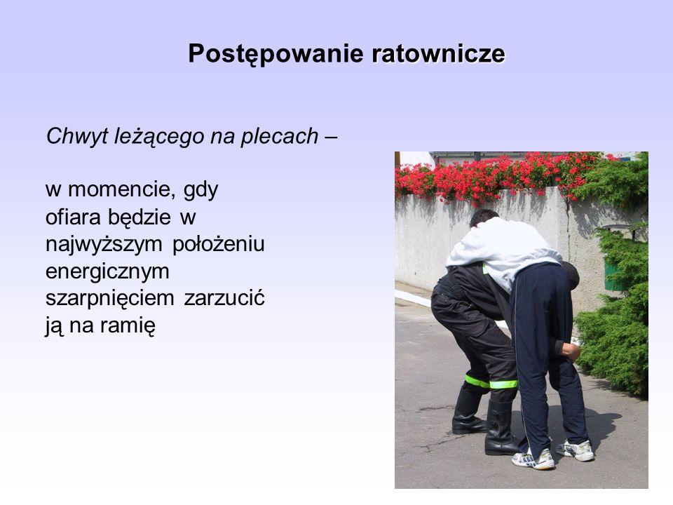 ratownicze Postępowanie ratownicze Chwyt leżącego na plecach – w momencie, gdy ofiara będzie w najwyższym położeniu energicznym szarpnięciem zarzucić