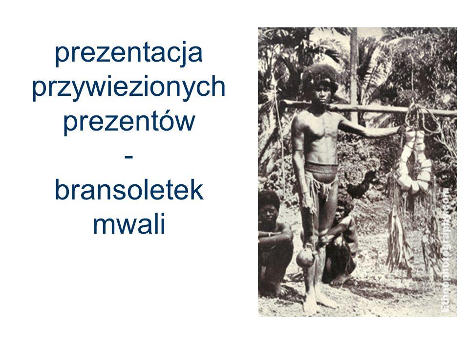 prezentacja przywiezionych prezentów - bransoletek mwali