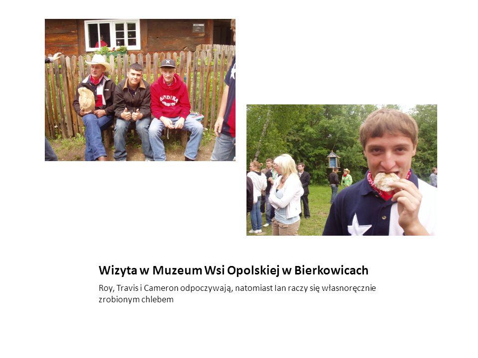 Wizyta w Muzeum Wsi Opolskiej w Bierkowicach Roy, Travis i Cameron odpoczywają, natomiast Ian raczy się własnoręcznie zrobionym chlebem