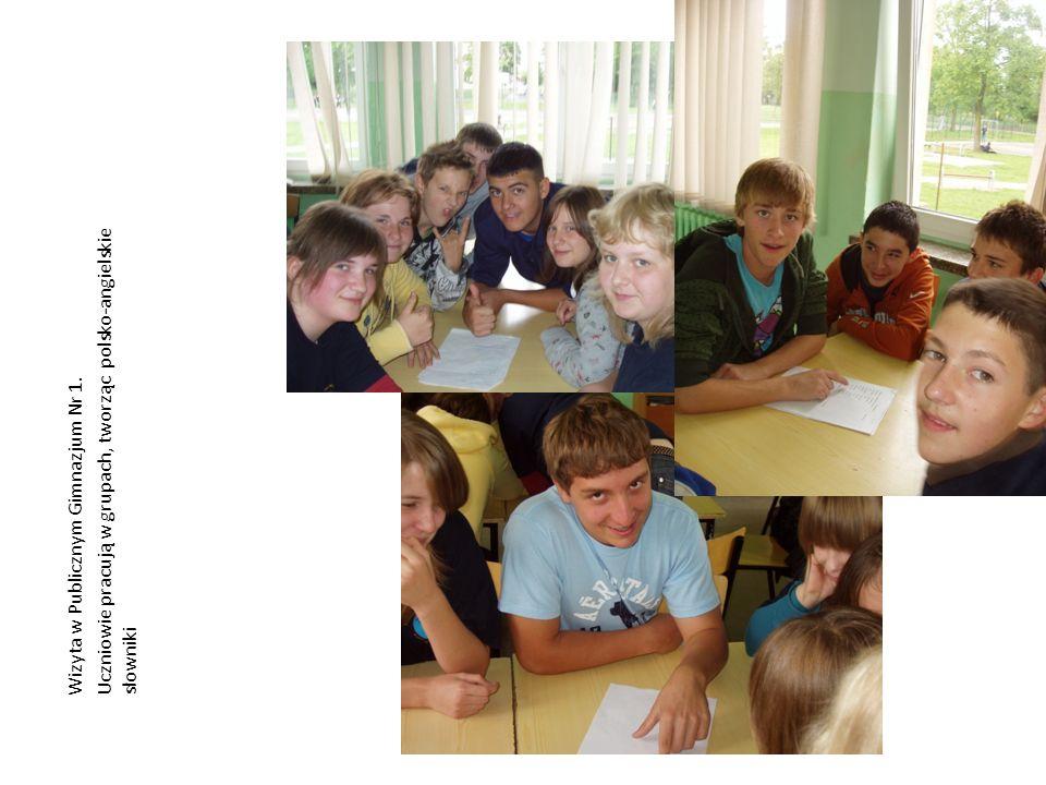 Wizyta w Publicznym Gimnazjum Nr 1. Uczniowie pracują w grupach, tworząc polsko-angielskie słowniki
