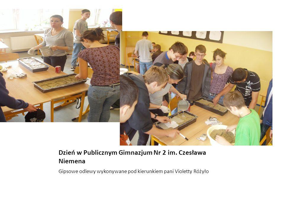 Dzień w Publicznym Gimnazjum Nr 2 im. Czesława Niemena Gipsowe odlewy wykonywane pod kierunkiem pani Violetty Różyło