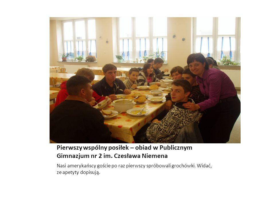 Pierwszy wspólny posiłek – obiad w Publicznym Gimnazjum nr 2 im. Czesława Niemena Nasi amerykańscy goście po raz pierwszy spróbowali grochówki. Widać,