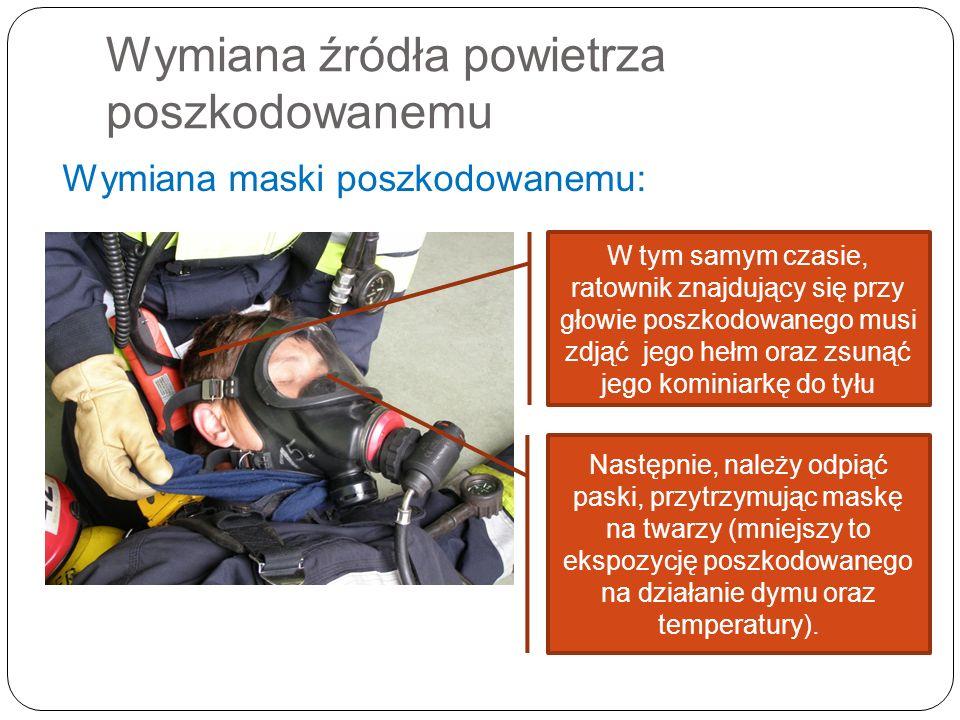 Wymiana źródła powietrza poszkodowanemu Wymiana maski poszkodowanemu: W tym samym czasie, ratownik znajdujący się przy głowie poszkodowanego musi zdją