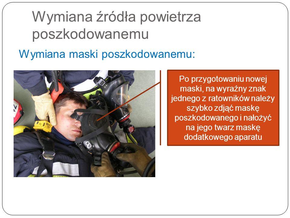 Wymiana źródła powietrza poszkodowanemu Wymiana maski poszkodowanemu: Po przygotowaniu nowej maski, na wyraźny znak jednego z ratowników należy szybko