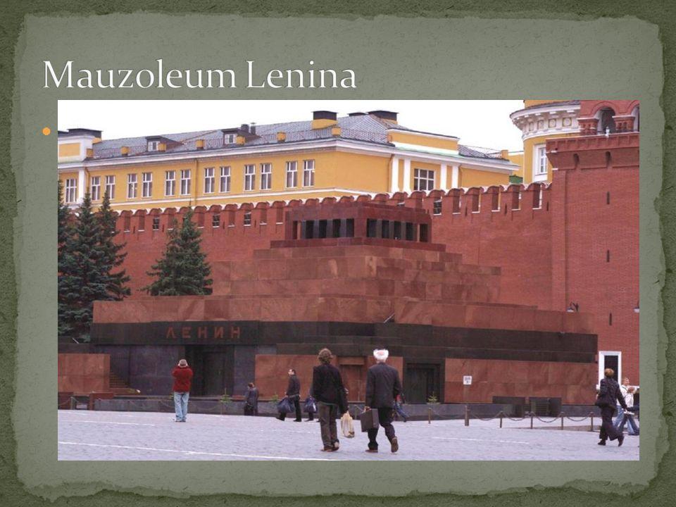 Mauzoleum Lenina – wybudowane w latach 1929-1930; to tu znajduje się zabalsamowane ciało Lenina; na tyłach Mauzoleum znajdują się groby między innymi: