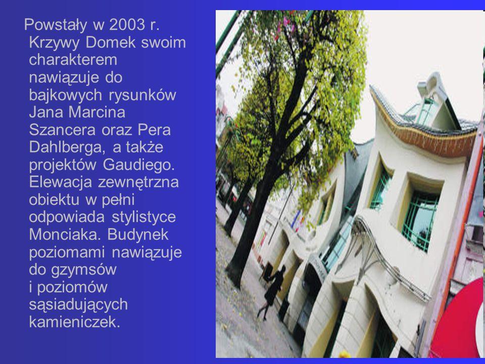 Powstały w 2003 r. Krzywy Domek swoim charakterem nawiązuje do bajkowych rysunków Jana Marcina Szancera oraz Pera Dahlberga, a także projektów Gaudieg