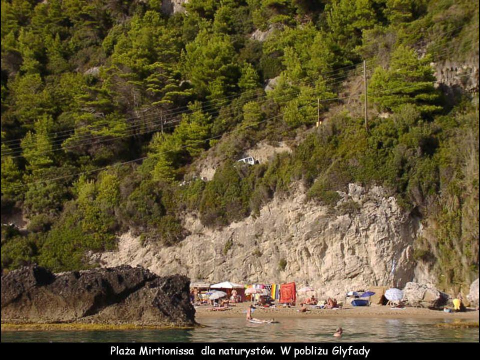 Zachodnie wybrzeże wyspy Plaża Mirtionissa - jedyna plaża dla naturystów na Korfu. Powyżej plaży, na zboczu znajduje się klasztor Panagia Mirtiótissa