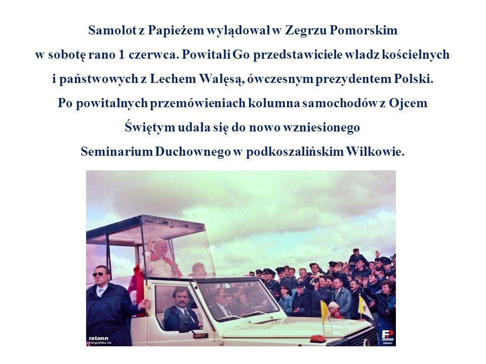 Samolot z Papieżem wylądował w Zegrzu Pomorskim w sobotę rano 1 czerwca. Powitali Go przedstawiciele władz kościelnych i państwowych z Lechem Wałęsą,