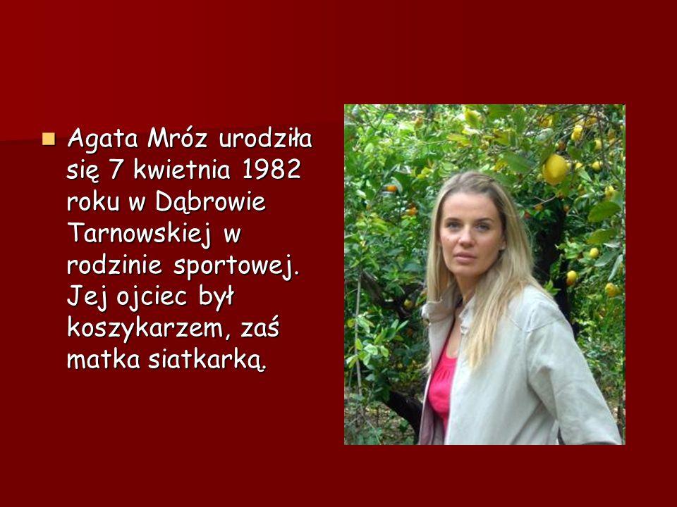 Agata Mróz urodziła się 7 kwietnia 1982 roku w Dąbrowie Tarnowskiej w rodzinie sportowej. Jej ojciec był koszykarzem, zaś matka siatkarką. Agata Mróz