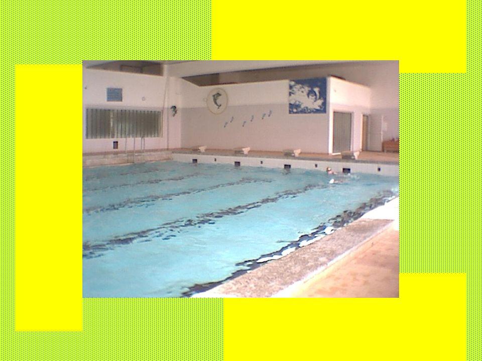 Informacje ogólne: wym. 25m x 12m; głęb. 90-160cm ogrzewany 4 tory 4 startery zapewniona usługa ratownicza plakaty z instrukcją pływania podstawowymi