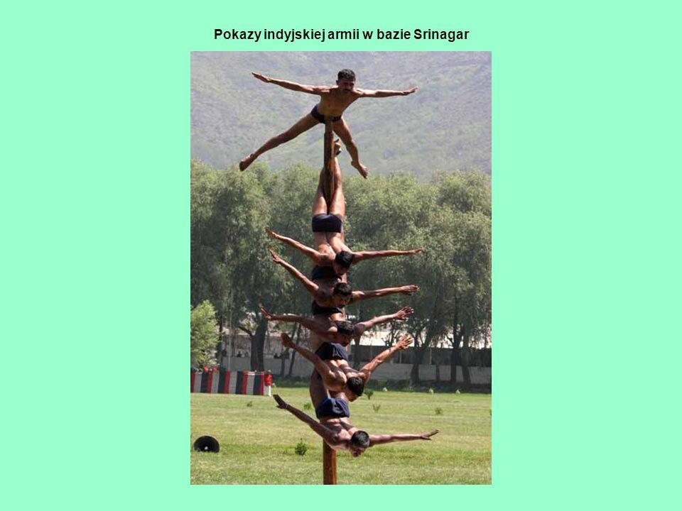 Pokazy indyjskiej armii w bazie Srinagar