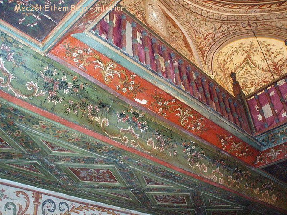 Minbar, mimbar - ustawiona na prawo od mihrabu. Nisza wskazuje kierunek Mekki, w którym powinni modlić się wierni. Meczet Ethem Beja – interior Minbar