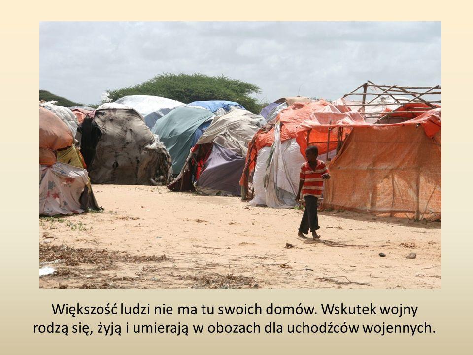 Większość ludzi nie ma tu swoich domów. Wskutek wojny rodzą się, żyją i umierają w obozach dla uchodźców wojennych.
