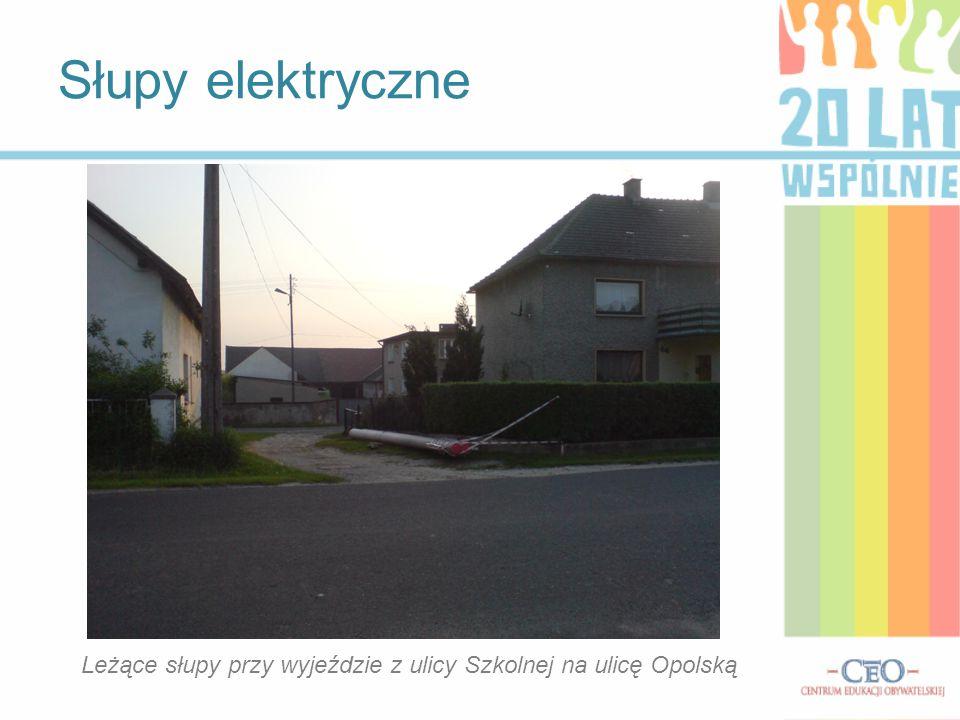 Leżące słupy przy wyjeździe z ulicy Szkolnej na ulicę Opolską