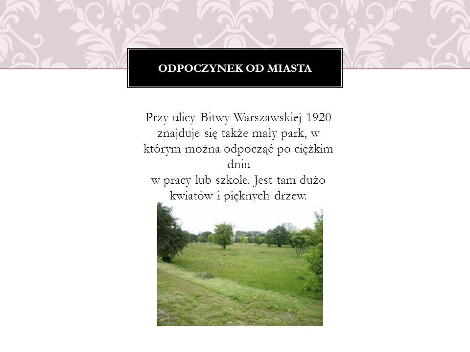 Przy ulicy Bitwy Warszawskiej 1920 znajduje się także mały park, w którym można odpocząć po ciężkim dniu w pracy lub szkole. Jest tam dużo kwiatów i p