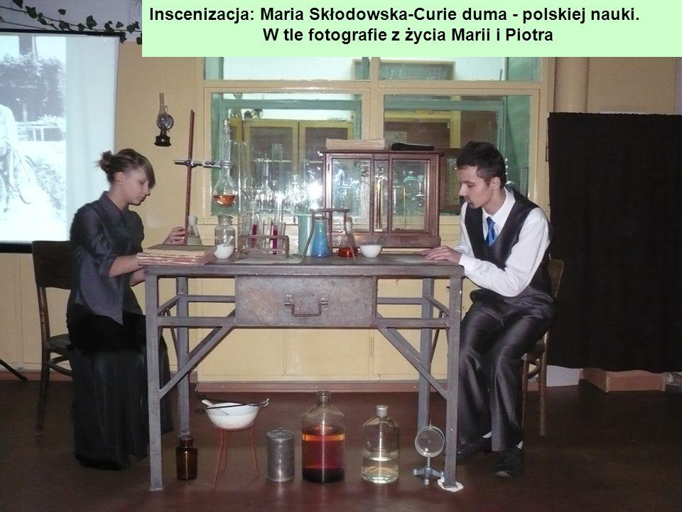 Inscenizacja: Maria Skłodowska-Curie duma - polskiej nauki. W tle fotografie z życia Marii i Piotra