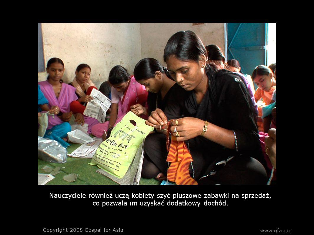 Nauczyciele również uczą kobiety szyć pluszowe zabawki na sprzedaż, co pozwala im uzyskać dodatkowy dochód.