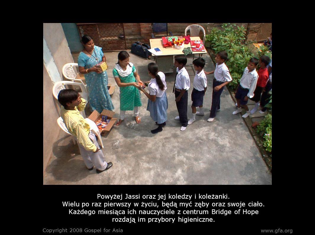 www.gfa.org Copyright 2008 Gospel for Asia Powyżej Jassi oraz jej koledzy i koleżanki. Wielu po raz pierwszy w życiu, będą myć zęby oraz swoje ciało.