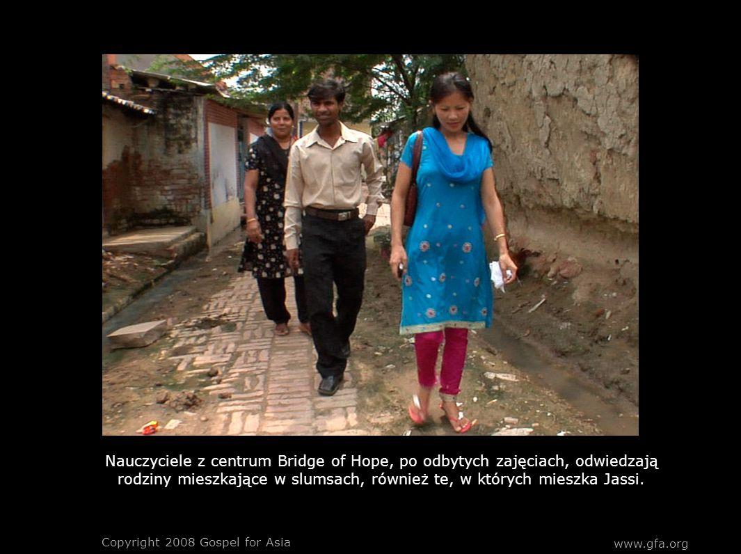 Nauczyciele z centrum Bridge of Hope, po odbytych zajęciach, odwiedzają rodziny mieszkające w slumsach, również te, w których mieszka Jassi. Copyright