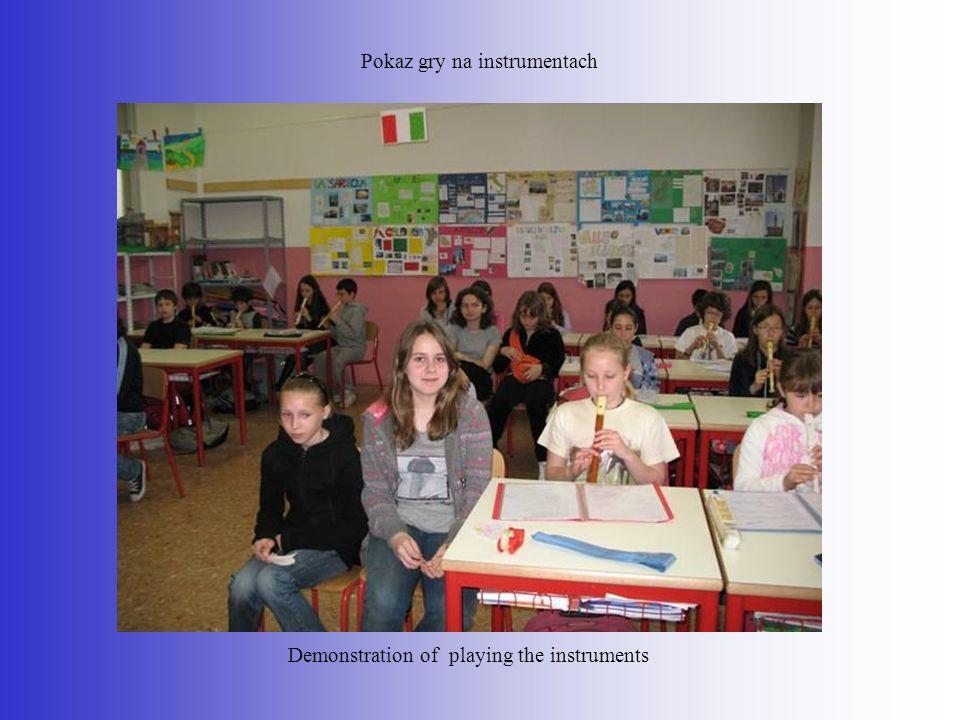Pokaz gry na instrumentach Demonstration of playing the instruments
