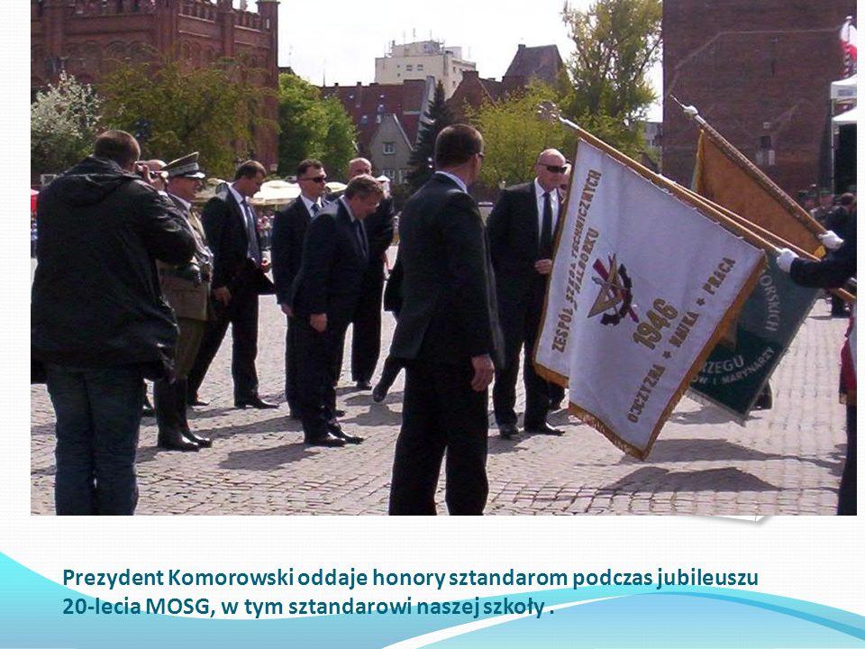 Prezydent Komorowski oddaje honory sztandarom podczas jubileuszu 20-lecia MOSG, w tym sztandarowi naszej szkoły.