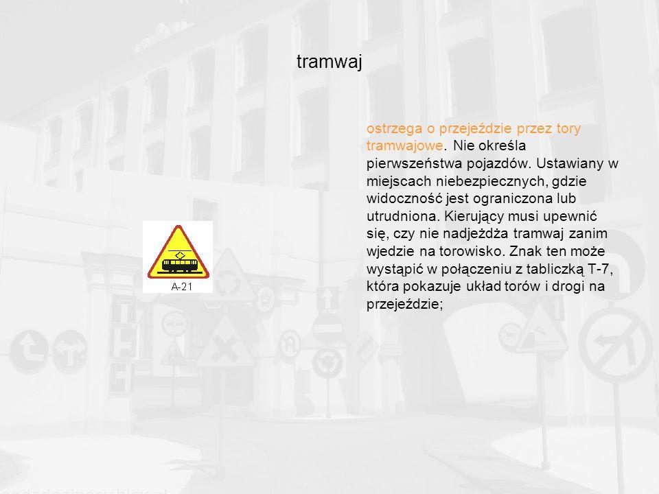 tramwaj ostrzega o przejeździe przez tory tramwajowe.